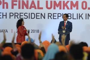 Presiden Jokowi berdialog dengan seorang pengusaha pada peluncur penerapan pajak final 0,5 persen untuk UMKM di Jatim Expo, Surabaya, Jumat (22/6) pagi. (Foto: OJI/Humas)
