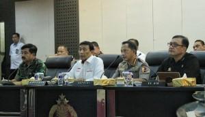 Menko Polhukam Wiranto didampingi Panglima TNI, Kapolri, dan Ka BIN dalam jumpa pers di Mabes Polri, Jakarta, Rabu (27/6). (Foto: IST)