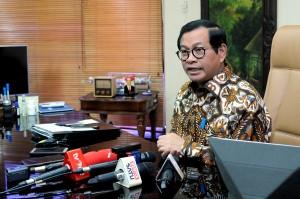Seskab Pramono Anung menerima pertanyaan wartawan, di ruang kerjanya Lantai II Gedung III Kemensetneg, Jakarta, Selasa (6/6) siang. (Foto: AGUNG/Humas)