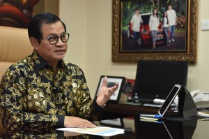 Seskab Pramono Anung dalam wawancara di ruang kerjanya, Gedung III Kemensetneg, Jakarta, beberapa waktu lalu. (Foto: Rahmat/Humas)
