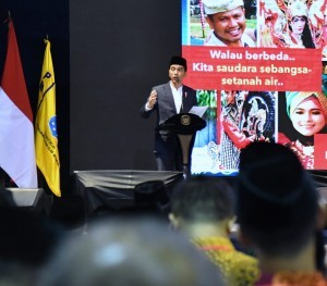 President Jokowi gives introductory remarks at the 58th Anniversary of the Indonesian Islamic Student Movement (PMII), in Sasana Budaya Ganesa, Bandung, West Java, Tuesday (17/4). (Photo by: Bureau of Press, Media and Information).