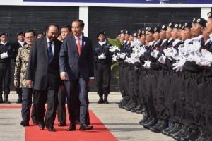 President Jokowi walks towards a room where State Defense Academy of NasDem Party takes place, at the ABN building of NasDem Party, Pancoran, Jakarta, Monday (16/7) (Photo: PR/OJI)
