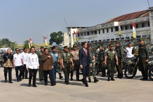 President Jokowi attends roll call of Indonesian Defense Forces (TNI) village supervisory non-commissioned officers (Babinsa), at Husein Sastranegara Airport, Bandung, on Tuesday (17/7) (Photo: PR/OJI)