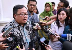 Minister of National Development Planning (PPN)/Head of National Development Planning Agency (Bappenas) Bambang Brodjonegoro responds to reporters' questions after a Plenary Cabinet Meeting, at Bogor Presidential Palace, West Java, Wednesday (18/7) (Photo: PR/Agung)