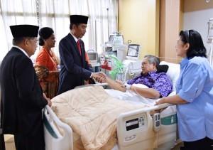 yang sedang dirawat di Rumah Sakit Pusat Angkatan Darat (RSPAD) Gatot Soebroto, Jakarta Pusat, Kamis (19/7). (Foto: BPMI)