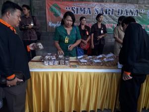 Para peserta Bakohumas meninjau langsung pengelolaan BUMDes Sima Sari Dana di Desa Petilan, Denpasar, Selasa (24/7).