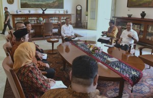 President Jokowi accompanied by Minister of Law and Human Rights Yasonna Laoly and Minister of State Secretary Pratikno receives the leaders of Election Supervisory Board (Bawaslu) at Bogor Presidential Palace, West Java, Tuesday (24/7) (Photo: PR/Rahmat)