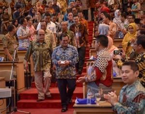 Cabinet Secretary Pramono Anung walks toward a podium to speak as a keynote speaker in Leadership Talk at Master of Management Faculty of Economics and Business Gadjah Mada University, Yogyakarta on Saturday (30/6) (Photo: Anggun/PR)