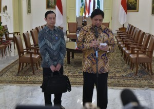 Minister of Industry Airlangga Hartarto accompanied by Head of the Investment Coordinating Board (BKPM) Thomas Lembong delivers a press statement, at the Bogor Presidential Palace, West Java, on Monday (9/7)) (Photo: Rahmat/PR)