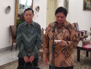 Menperin Airlangga Hartarto didampingi Kepala BKPM Thomas Lembong menyampaikan keterangan pers, di Istana Kepresidenan Bogor, Jabar, Senin (9/7) siang. (Foto: Said M/Humas)