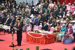 Presiden Jokowi menyampaikan amanat oada Upacara Peringatan ke-72 Hari Bhayangkara Tahun 2018 di Istora Senayan, Jakarta, Rabu (11/7) pagi. (Foto: JAY/Humas)