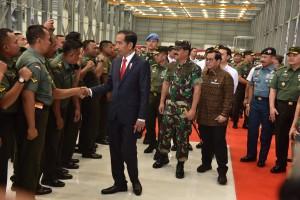 Presiden menyalami para Babinsa dalam Apel, di Bandung, Jawa Barat, Selasa (17/7). (Foto: Humas/Oji)
