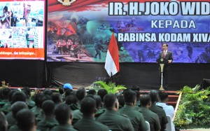 Presiden saat memberikan arahan kepada para Babinsa di Balai Prajurit M. Yusuf, di Jalan Sudirman, Makassar, Sulawesi Selatan, Minggu (29/7) siang. (Foto: Humas/Jay)