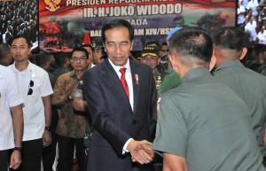 Presiden Jokowi bertemu Babinsa di Balai Prajurit M. Yusuf, di Jalan Sudirman, Makassar, Sulawesi Selatan, Minggu (29/7). (Foto: Humas/Jay)