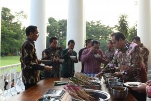 Presiden Jokowi mengajak para Bupati menikmati sate, di Istana Kepresidenan Bogor, Jabar, Kamis (5/7) sore. (Foto: OJI/Humas)