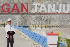 President Jokowi delivers his remarks at the inauguration of Tanju Dam, in Dompu Regency, West Nusa Tenggara, Monday (30/7) afternoon. (Photo: Oji/ PR Division)