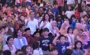Presiden Jokowi dan Ibu Negara Iriana berdendang dan berimajinasi bersama anak-anak di halaman tengah Istana Merdeka, Jumat (20/7). (Foto: Humas/Jay)