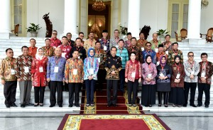 President Jokowi poses with mayors attending the gathering on Monday (23/7) (Photo by: Public Relations Division/Rahmat)