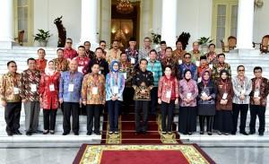 Presiden Jokowi berfoto bersama para walikotayang hadir di Istana Kepresidenan Bogor, Jabar, Senin (23/7) pagi. (Foto: RAHMAT/Humas)