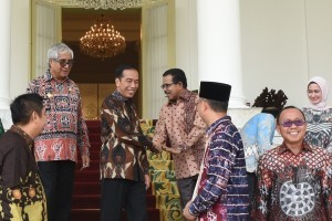 President Jokowi greets the Regents before meeting at Garuda Room, Bogor Palace, West Java, Thursday (5/7) (Photo: Oji/PR)