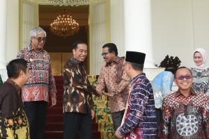 President Jokowi greets the Regents before meeting at Garuda Room, Bogor Palace, West Java, Thursday (5/7) (Photo: Oji/PR)
