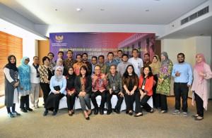 Deputi Bidang Administrasi, Farid Utomo berfoto bersama peserta Bimtek Legal Drafting, di Hotel Alila, Pecenongan, Jakarta Pusat, Senin (23/7). (Foto: Humas/Jay).