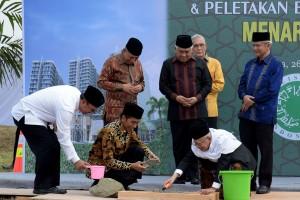 Presiden Jokowi dan Ketua Umum MUI K.H. Maruf Amin melakukan peletakan batu pertama Menara MUI di Jakarta, Kamis (26/7). (Foto: Humas/Oji).