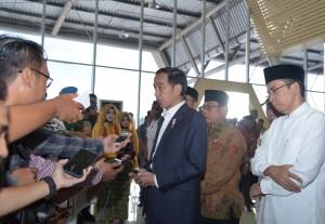 Presiden Jokowi menjawab pertanyaan wartawan usai gelar Rapat Sultan Muhammad Kaharuddin III, Sumbawa Besar, NTB, Minggu (29/7). (Foto: Humas/Nia)