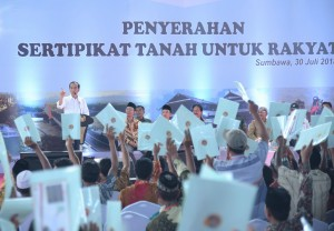 Presiden Jokowi penyerahan 1.037 sertifikat tanah kepada warga Sumbawa dan sekitarnya, di Gedung Olahraga Mampis Rungan, Sumbawa, NTB, Senin (30/7). (Foto: Humas/Nia)