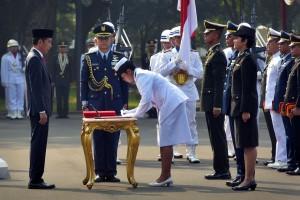 Presiden Jokowi saat melakukan pelantikan taruna TNI/Polri di halaman Istana Merdeka, Jakarta, Kamis (19/7). (Foto: Humas/Oji).