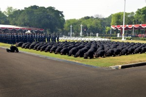 Para perwira TNI/Polri yang baru dilantik melakukan sujud syukur bersama di halaman depan Istana Merdeka, Jakarta, Kamis (19/7). (Foto: Humas/Oji).
