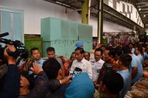 President Jokowi visits Kranggan traditional market in Yogyakarta, Wednesday (25/7). (Photo by: Public Relations Division/Fitri).