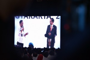 President Jokowi has a dialog with a participant of an event at Graha Pradipta Jogja Expo Center (JEC), Yogyakarta, Wednesday (25/7). (Picture: Public Relations Division/ Fitri)