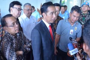 Presiden Jokowi menjawab pertanyaan wartawan usai mengikuti acara di Graha Pradipta Jogja Expo Center (JEC), Yogyakarta, Rabu (25/7). (Foto: Humas/Fitri)