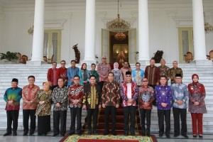 President Jokowi takes photo with the Regents before a meeting at Garuda Room, Bogor Presidential Palace, West Java on Thursday (5/7). (Photo by: Oji/ Public Relations Division of Cabinet Secretariat.)