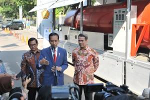Presiden Jokowi didampingi Mentan dan Seskab menjawab wartawan, di JCC Jakarta, Jumat (6/7) siang. (Foto: JAY/Humas)