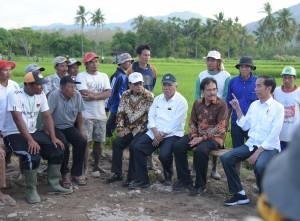 Presiden Jokowi didampingi sejumlah menteri berdialog dengan peserta program padat karya tunai, di Desa Pernek, Kecamatan Moyo Hulu, Kabupaten Sumbawa, Provinsi Nusa Tenggara Barat (NTB), Senin (30/7) sore. (Foto: Nia/Humas)