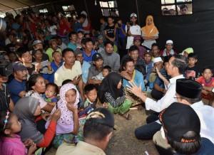 residen Jokowi berdialog dengan para pengungsi korban gempa Lombok, di Lombok Timur, NTB, Senin (30/7) siang. (Foto: Setpres)