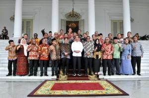 Presiden Jokowi berfoto bersama para bupati yang mengikuti pertemuan di Istana Kepresidenan Bogor, Jabar, Selasa (31/7) siang. (Foto: Rahmat/Humas)