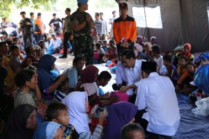 Photo Caption: President Jokowi speaks with residents affected by the quake that hit Lombok in West Nusa Tenggara (NTB) province, Monday (30/7). (Photo by: IST)