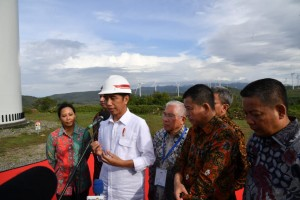 President Jokowi answers the press' questions at Sidenreng Rappang Regency, South Sulawesi, on Monday (2/7). (Photo by: Bureau of Press, Media and Information)