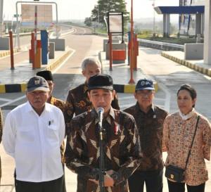 Presiden menjawab wartawan usai meresmikan jalan tol Solo-Ngawi ruas Kartasura-Sragen, di gerbang tol Ngemplak, Boyolali, Jateng, Minggu (15/7). (Foto: Humas/Jay)