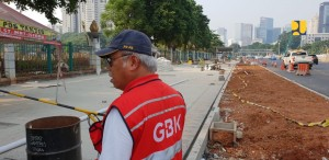 Menteri PUPR saat meninjau progres pembangunan pekerjaan di Kompleks Gelora Bung Karno dan trotoar di Jalan Sudirman, Jakarta, Minggu (22/7). (Foto: Kementerian PUPR)