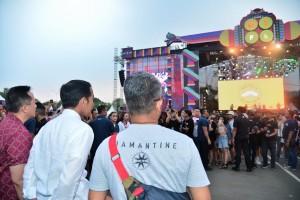 Presiden saat menyaksikan festival musik 'We The Fest 2018', yang berlangsung di JIEXPO Kemayoran, Jakarta, Minggu (22/7) sore. (Foto: BPMI)