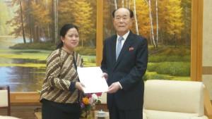 Menko PMK Puan Maharani menyerahkan undangan untuk hadir dalam Pembukaan Asian Games 2018 kepada Kim Yong Nam, Presiden Presidium Majelis Rakyat Agung, RDRK, di Pyongyang, Senin (30/7). (Foto: Kemenko PMK)