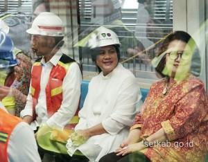 Presiden Jokowi didampingi Ibu Negara menaiki LRT di Palembang, Sumsel, Jumat (13/7) (Foto: Humas/Dindha)