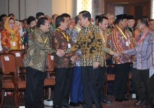 President Jokowi is shaking hands with regional heads participating at the 2018 National Coordination Meeting on Inflation Control in Jakarta, Thursday (26/7) (Picture: PR/Jay)