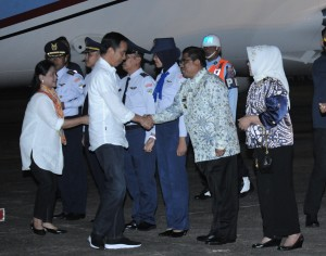 Presiden Jokowi tiba di Makassar disambut Penjabat Gubernur Sulsel, Sabtu (28/7) malam. (Foto: Humas/Jay).