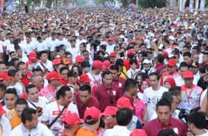 Presiden Jokowi di tengah-tengah peserta Jalan Sehat Sahabat Rakyat Indonesia Bersama Jokowi untuk Asian Games 2018, di Lpangan Karebosi, Makassar, Sulsel, Minggu (29/7). (Foto: Humas/Jay)