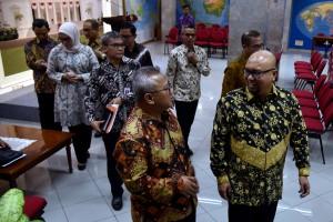Komisioner KPU dipimpin ketuanya Arief Budiman dan Staf Khusus Presiden Johan Budi berjalan menuju ruangan konperensi pers, di Kantor Presiden, Jakarta, Rabu (11/7) siang. (Foto: OJI/Humas)